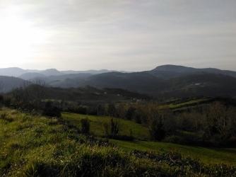 desde el alto de Cabruñana. Los montes del final son los parques eólicos de La Espina